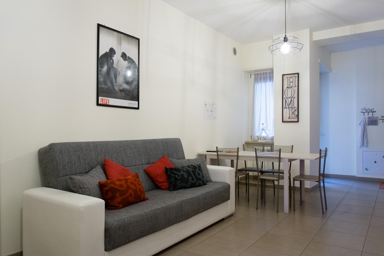 Melibi sala con divano e angolo cottura